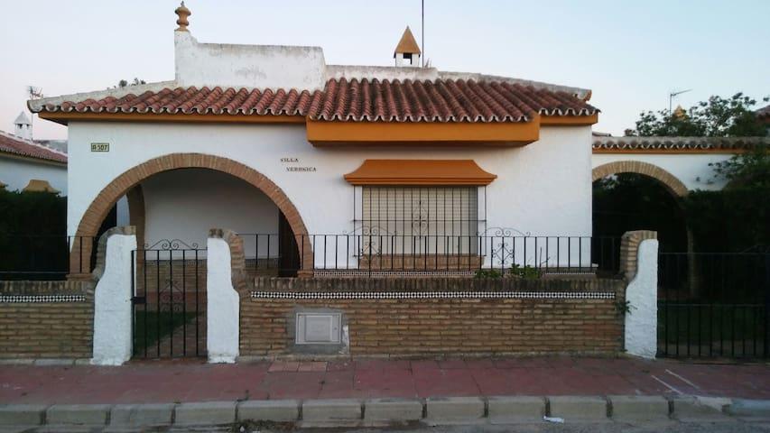 Chalet de 3 habitaciones con patio - Matalascañas