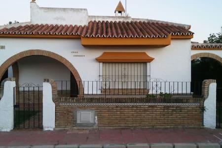 Chalet de 3 habitaciones con patio - Matalascañas - Hytte (i sveitsisk stil)