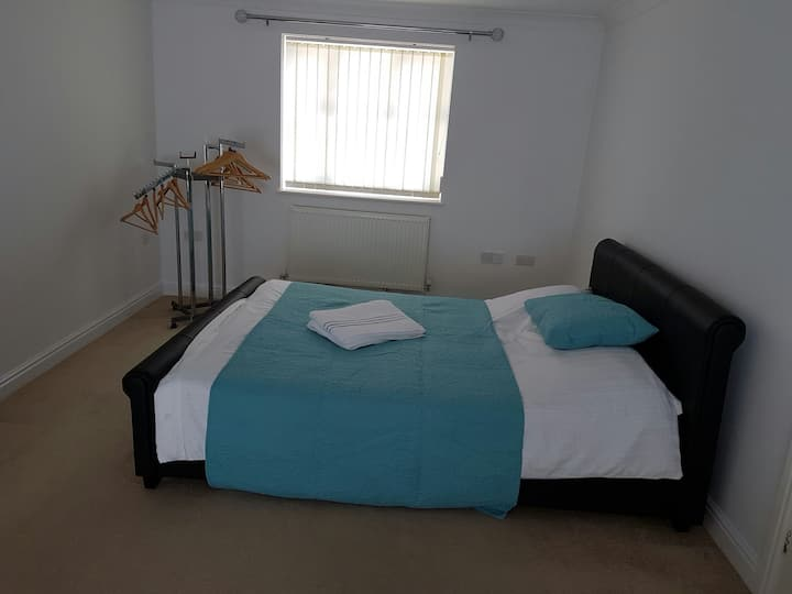 Stylish lovely KING SIZE bed with Lounge Area WiFi