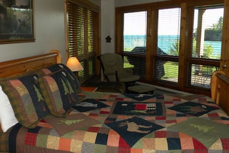 Lake Superior Townhome 2Bedroom Lakeside!