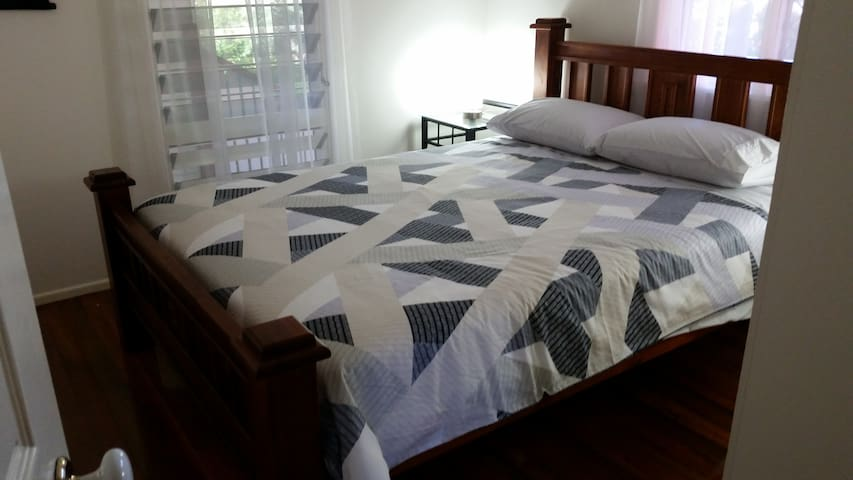 1 Queen Bed-WIFI-Aircon-Comfortable Room - Carina