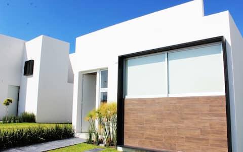 Bonita casa 4 p. C/ alberca común (SERVICIOS INCL)