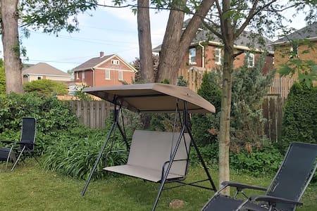 Private backyard camp, park & pantry, walk 2 falls