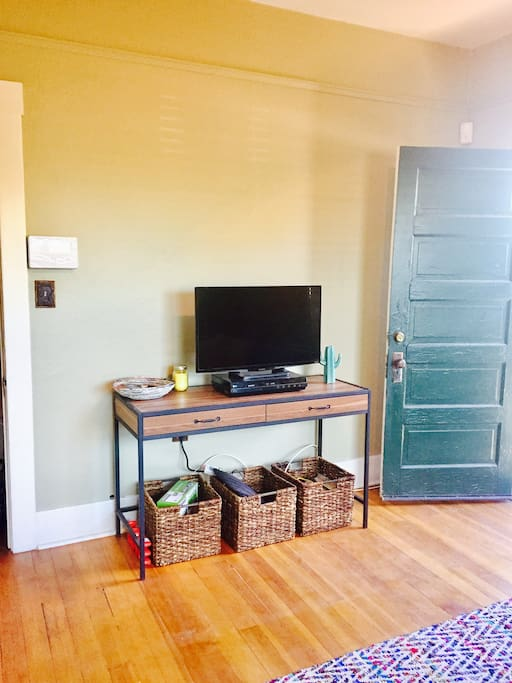 Entry way, TV with access to Netflix, Hulu, HBO