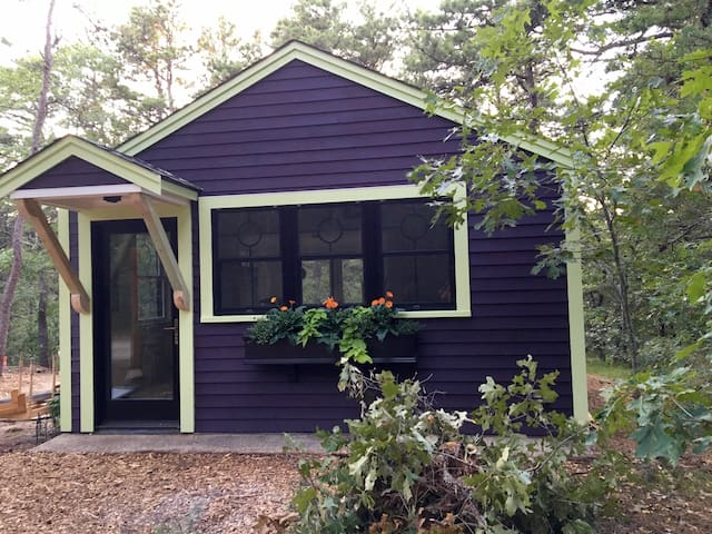 Huddle Hut - hip Wellfleet bungalow at retro price