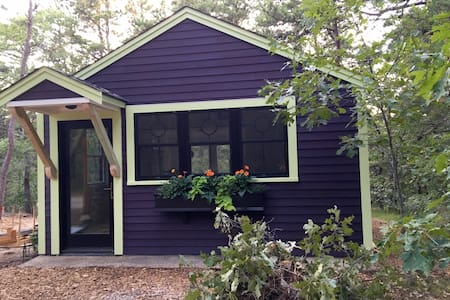 Huddle Hut - hip Wellfleet bungalow at retro price