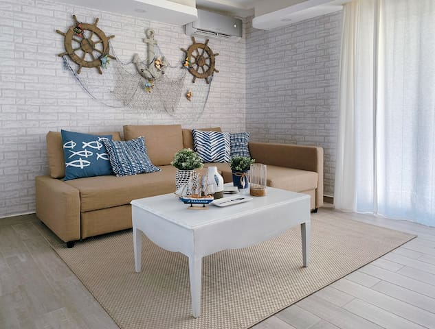 Living Room    Copyright notice: You are required to have 'prior permission' to use, borrow or display ANY photograph or text from this site.