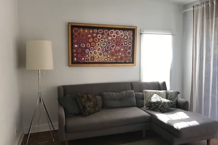 Sunny room with King size bed in the modern house - Brooklyn