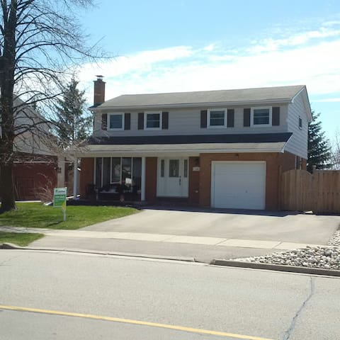 Come stay at our cozy, spacious 4 bdrm home! - Kitchener - Ev