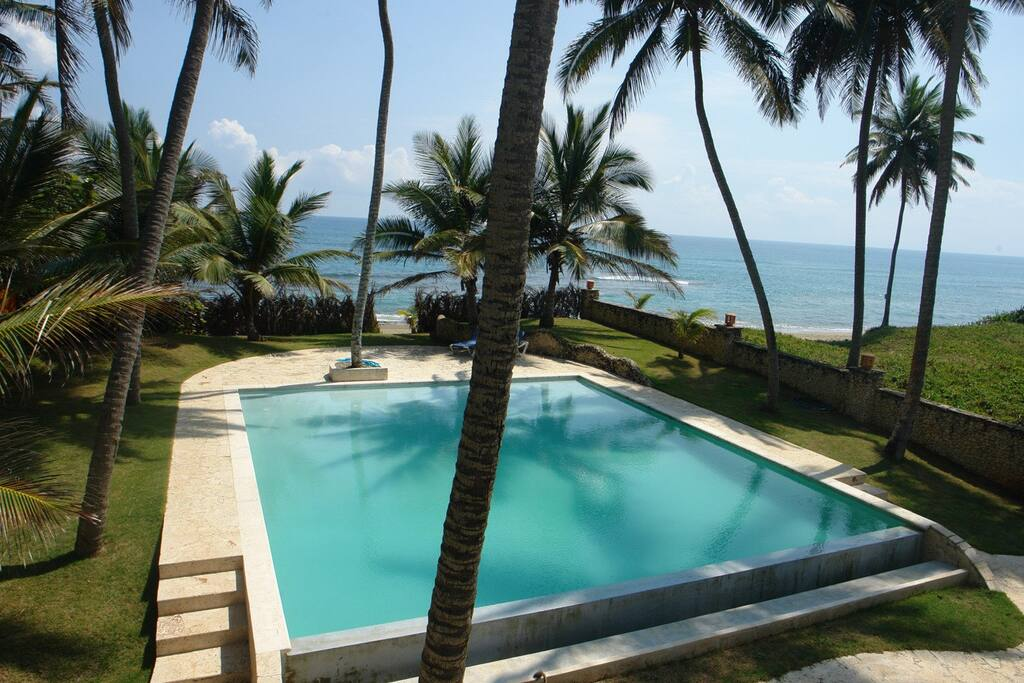 Large infinity pool, endless beach at your doorstep