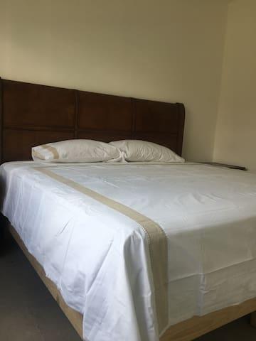 cama king , vestidor amplio y baño dentro de la habitación
