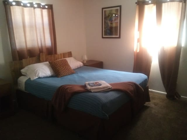 Brown room, 5 miles from Clearwater beach