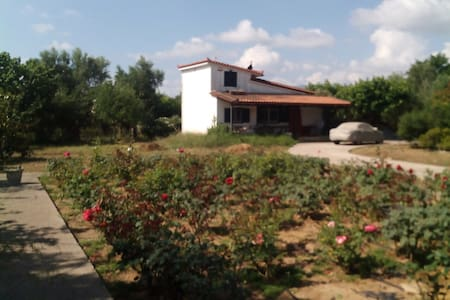 Beautiful Townhouse with a rose garden. - Meropi - Townhouse
