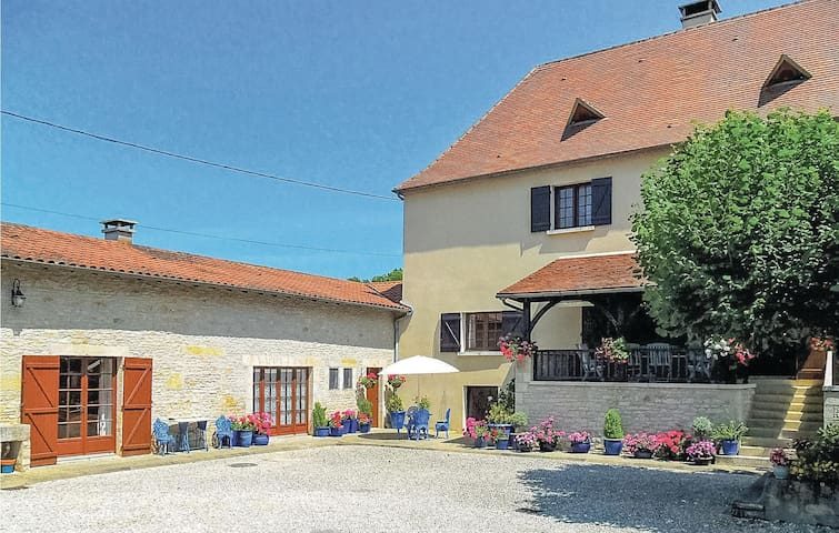 Holiday cottage with 1 bedroom on 100m² in Gabillou