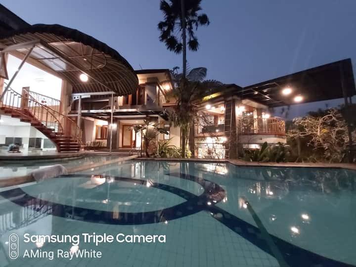 Chez 5 bed rooms 2 Private pool Villa Bandung
