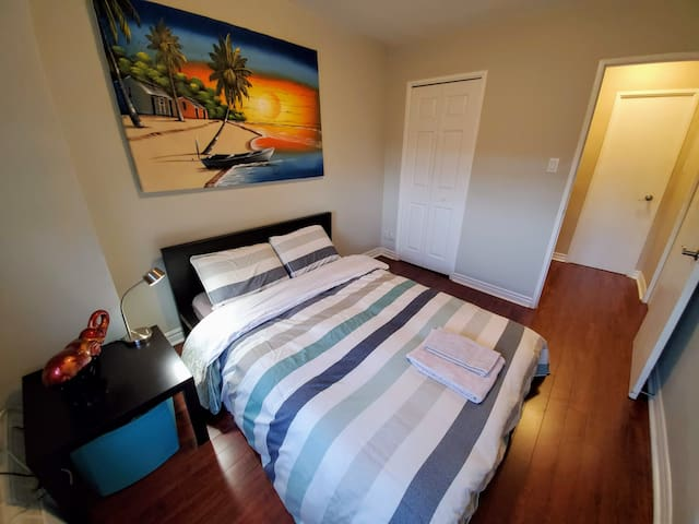 Renovated Spacious Room - Mins from airport and DT