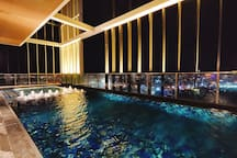 Night view of the 50th floor sky pool  50层空中泳池的夜景