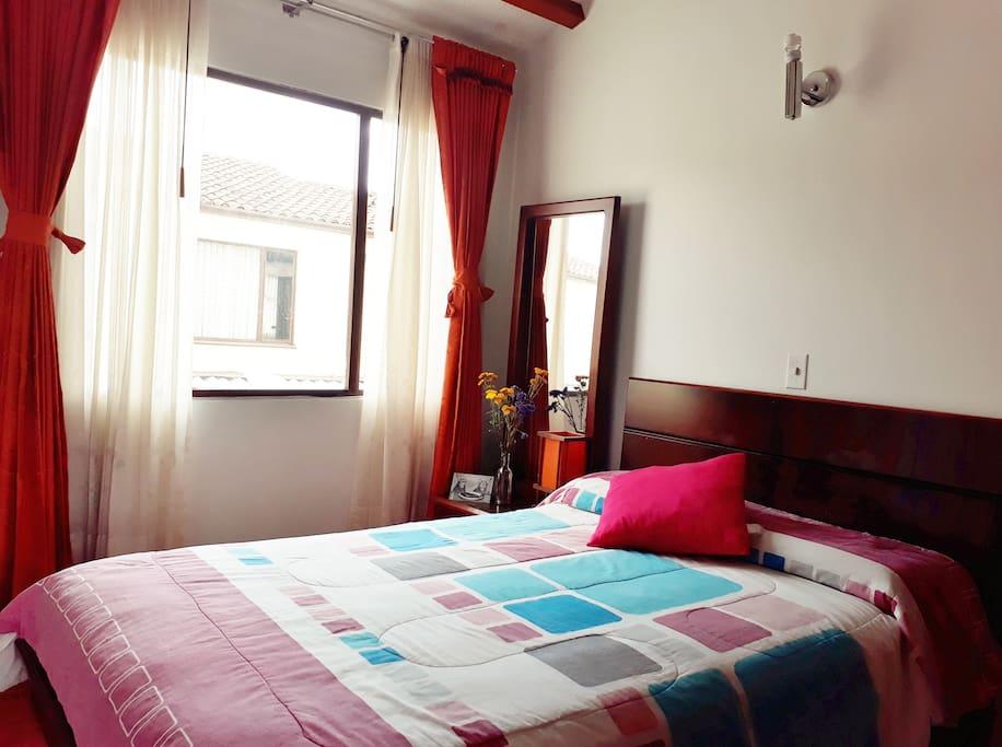Amplia Habitación muy iluminada y acogedora, cama doble con colchón ortopédico, closet y  tocador.