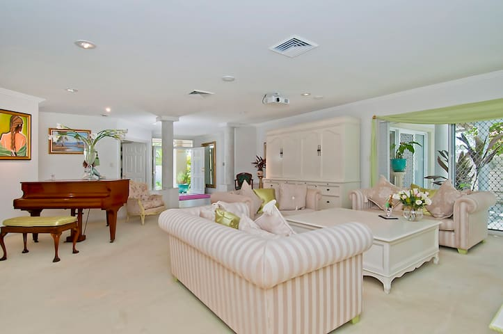Fun Waterfront Home in central position-Gold Coast