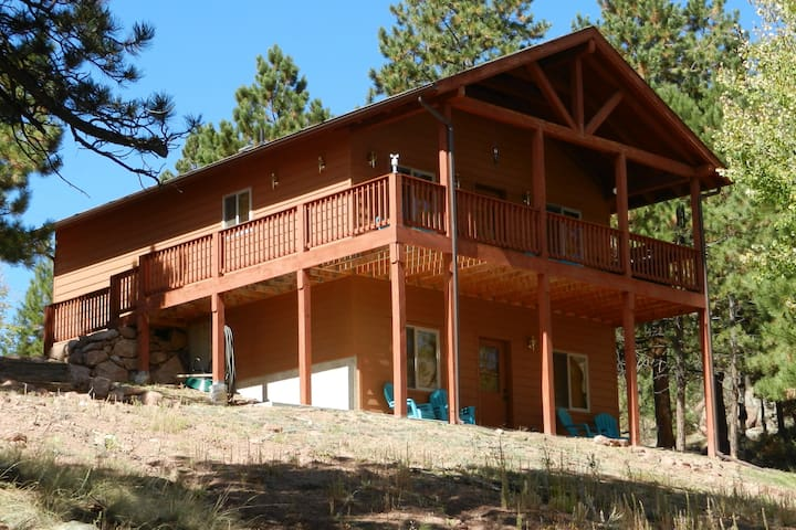 Hawk Ridge- Luxurious Secluded Cabin with Hot Tub!