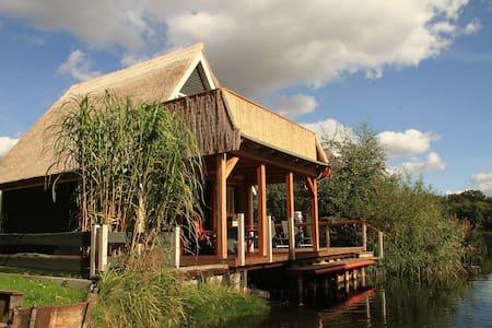 Urlaub im Bootshaus mit Seeblick - Teterow - Dom
