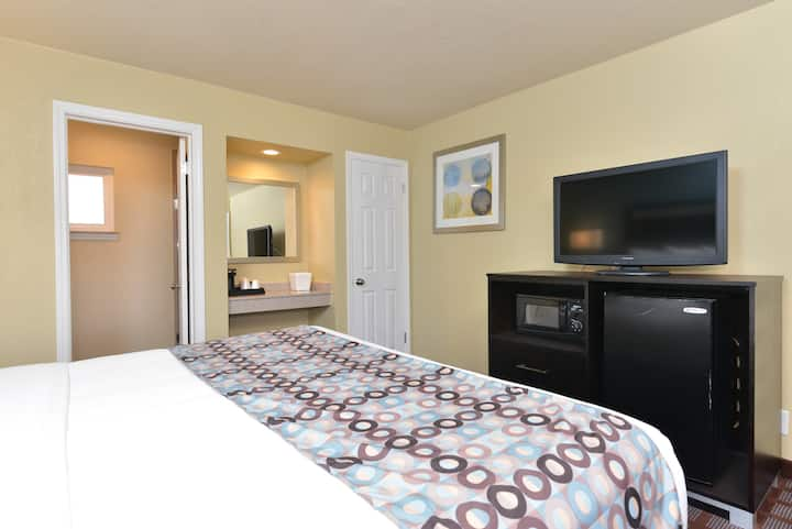 King Bed, Private Room & Bath in Downtown SLO
