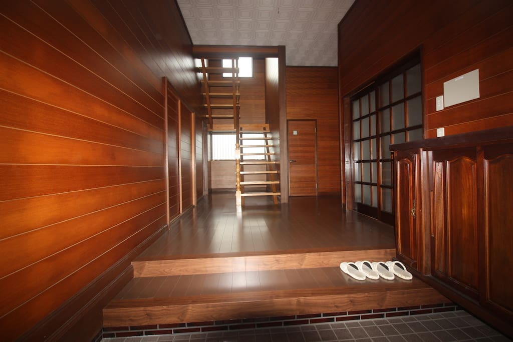Take off shoes when entering a Japanese house. 玄関