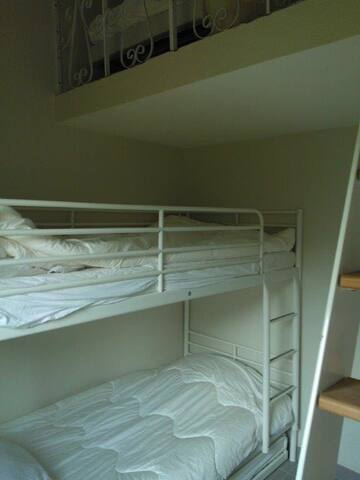 Room 2 : Bunk beds + 2 single beds