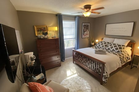 Close to beach, downtown, airport private bed/bath