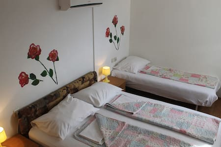 Budget triple bedroom with pool access - 察夫塔特