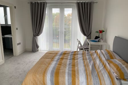 Modern Spacious Bedroom Only 25 min to the City