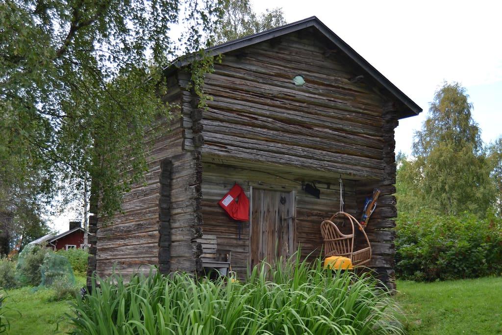 Aittamme kesällä. Our granary during summer.