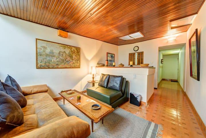 Otra óptica de la acogedora sala con madera y colores madera que relajan y permiten una muy agradable estadía. La puerta de ingreso se encuentra al final a mano derecha.
