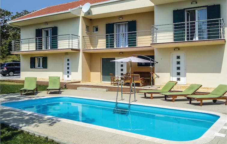 Holiday cottage with 5 bedrooms on 217 m²
