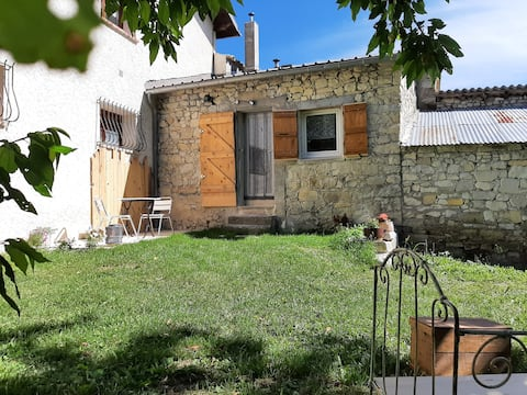 Coquet Studio et son jardinet dans corps de ferme