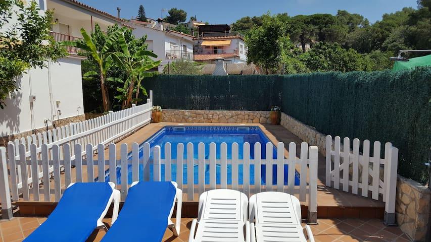 casa unifamiliar con jardín,piscina