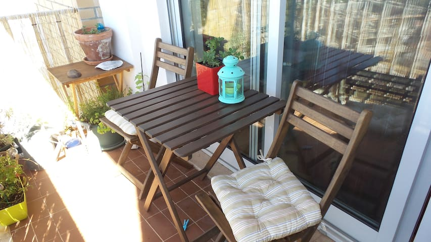 Sunny room with balcony - near airport and subway - Lisboa - Lägenhet