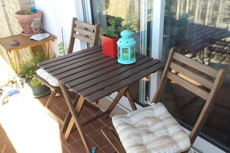 Sunny room with balcony - near airport and subway - Lisboa - Appartement