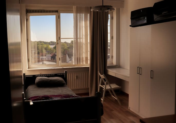 Spacious room next to central station of Antwerp
