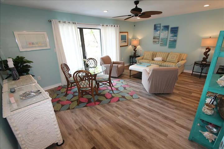 Fall Specials!* Steps to Beach, 2 Community Pools, Tennis, WiFi ~ Flip Flops at 3E Beachwood Villas