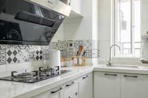 独立厨房(带窗),您可以在此大展厨艺,无需担心油烟味串到屋里