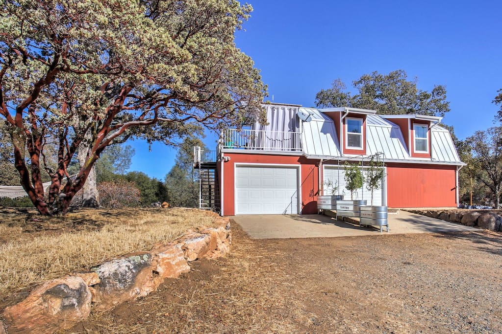 This 1-bedroom, 1-bathroom home boasts panoramic views of the Sierra foothills and sits just one hour away from Yosemite Valley!