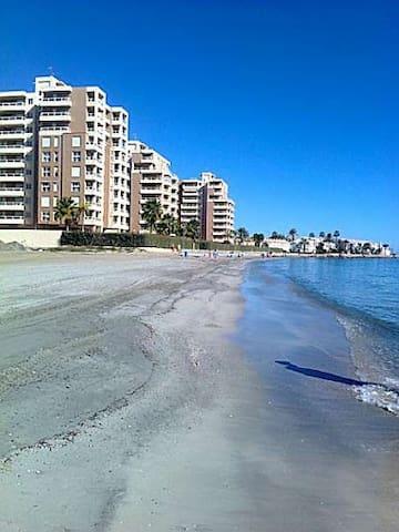 Apartamento a pie de playa, con magnificas vistas. - La Manga - Apartamento