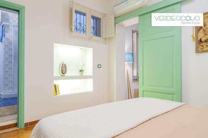 Camara da letto, con matrimoniale big size, comoda ed elegante con bagno in camera e climatizzatore.