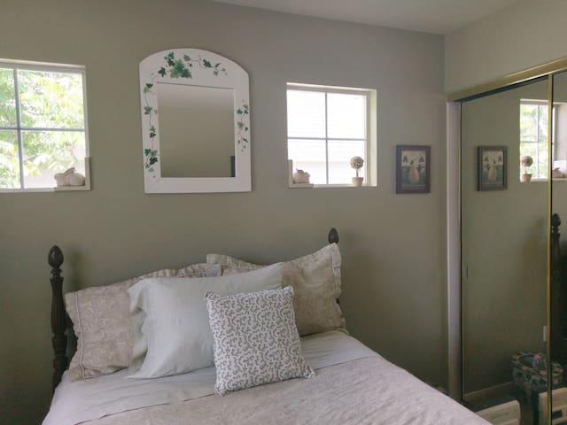 Cozy room in Carmel Valley