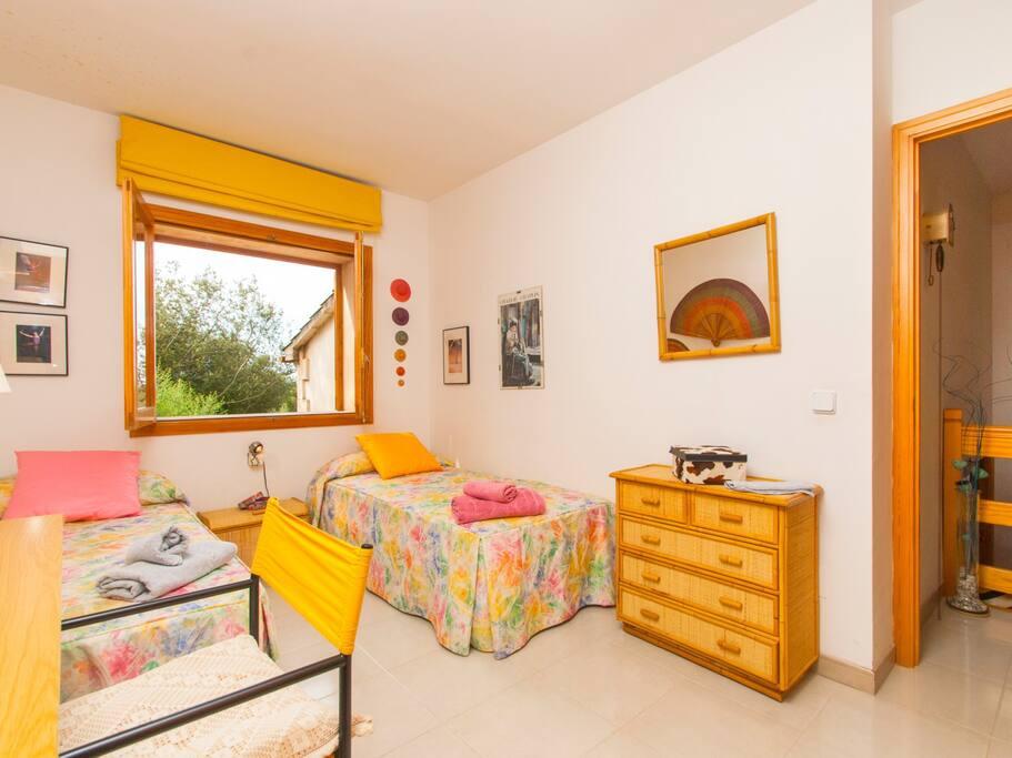 Luminoso y alegre segundo dormitorio twin de la primera planta con ventana
