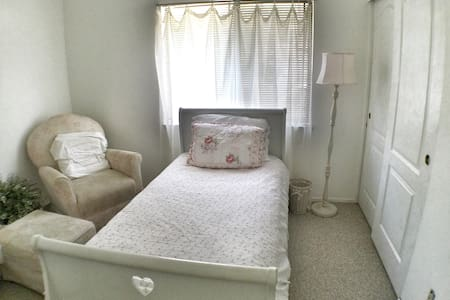 Beautiful Castaic room #2 - Castaic