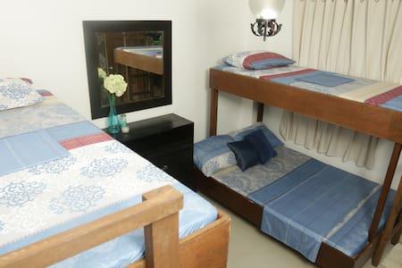 Dorm Room @ Ricarte's Hill (nr Tagaytay, w/ bfast) - Nasugbu - Bed & Breakfast