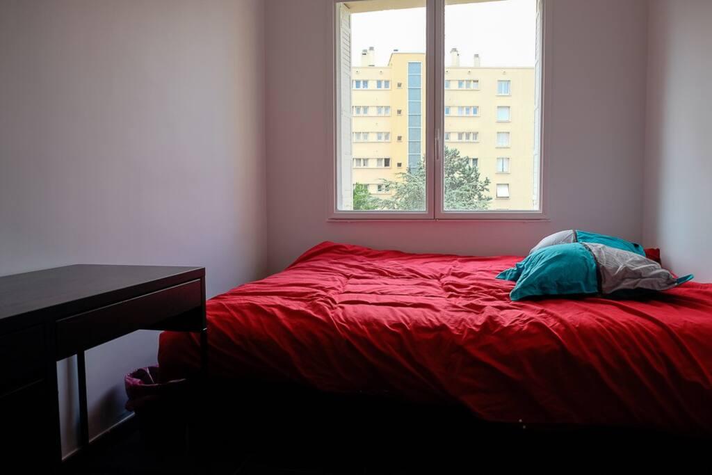votre chambre, 1 grand lit tout confort (pas de vis-à-vis direct)