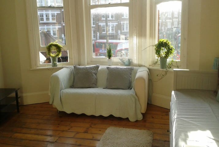 Light Studio room in the heart of Muswell Hill N10
